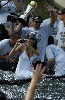 Actress Eva Longoria ride the barge with her future husband, San Antonio Spurs Tony Parker, in back, as they their fourth NBA Championship title on Sunday, June, 17, 2007.  ( JERRY LARA STAFF ) Photo: JERRY LARA, SAN ANTONIO EXPRESS-NEWS / SAN ANTONIO EXPRESS-NEWS
