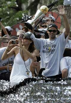 (For 210SA) Eva Longoria takes pictures as Tony Parker greets fans during the Spurs victory parade in San Antonio, Texas on Sunday, June 17, 2007. Photo: ALICIA WAGNER CALZADA, SPECIAL TO THE EXPRESS-NEWS / Alicia Wagner Calzada