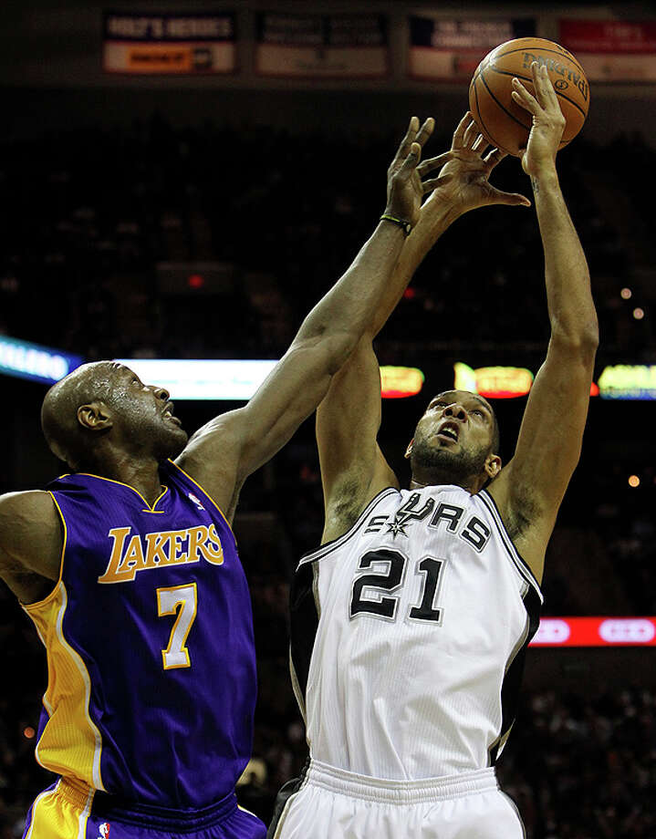 Spurs' Tim Duncan (21) contends for a rebound against the Los Angeles Lakers' Lamar Odom (07) in the first half at the AT&T Center on Tuesday, Dec. 28, 2010.  Kin Man Hui/kmhui@express-news.net Photo: KIN MAN HUI, SAN ANTONIO EXPRESS-NEWS / kmhui@express-news.net