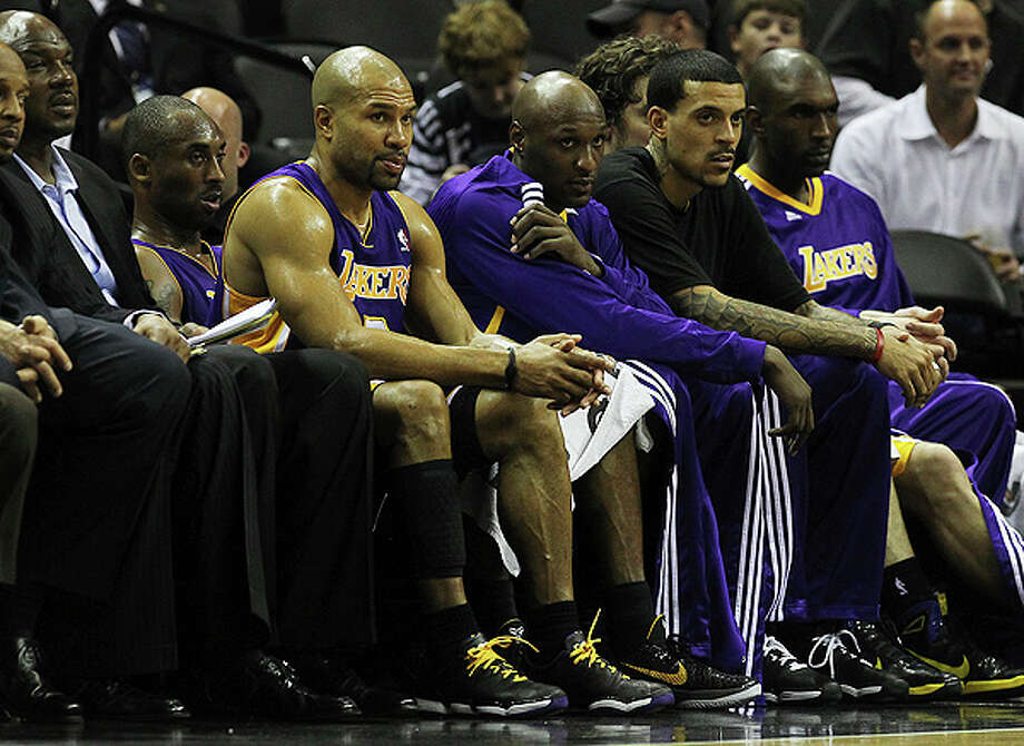 The Los Angeles Lakers starters including Kobe Bryant and Derek Fisher sit out the remaining moments of the game against the Spurs at the AT&T Center on Tuesday, Dec. 28, 2010.  Spurs defeated the Lakers 97-82. Kin Man Hui/kmhui@express-news.net Photo: KIN MAN HUI, SAN ANTONIO EXPRESS-NEWS / kmhui@express-news.net
