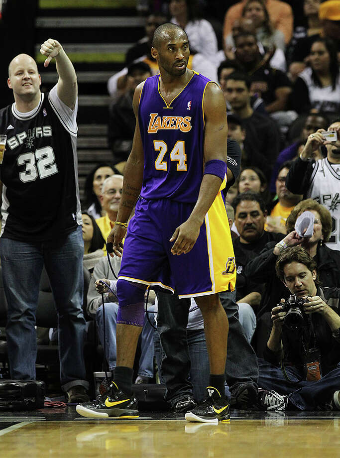 A Spurs fan (left) gives Los Angeles Lakers' Kobe Bryant (24) a thumbs-down in the second half at the AT&T Center on Tuesday, Dec. 28, 2010.  Spurs defeated the Lakers 97-82. Kin Man Hui/kmhui@express-news.net Photo: KIN MAN HUI, SAN ANTONIO EXPRESS-NEWS / kmhui@express-news.net