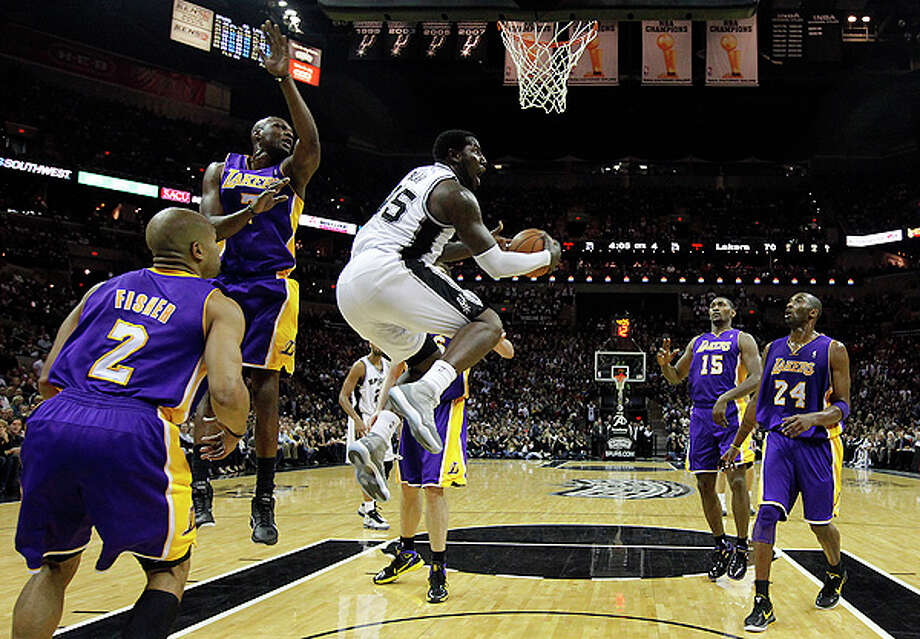 Spurs' DeJuan Blair (45) drives past Los Angeles Lakers' Lamar Odom (07) in the second half at the AT&T Center on Tuesday, Dec. 28, 2010.  Spurs defeated the Lakers 97-82. Kin Man Hui/kmhui@express-news.net Photo: KIN MAN HUI, SAN ANTONIO EXPRESS-NEWS / kmhui@express-news.net