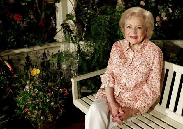 "La actriz Betty White en el set del programa ""Hot in Cleveland en Studio City en Los Angeles. White ha sido elegida la Artista del Año por los integrantes de The Associated Press. (Foto AP/Matt Sayles, archivo) Photo: Matt Sayles, STF -end- / AP"