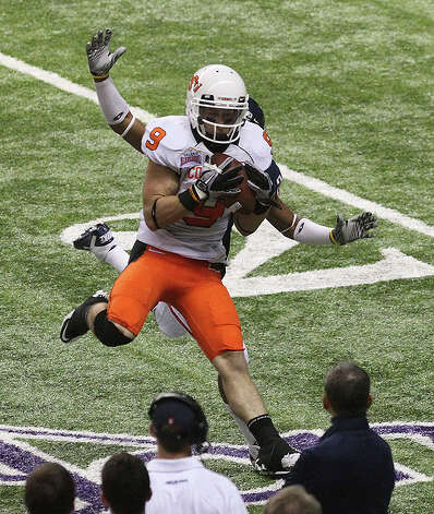 Oklahoma State's Bo Bowling (09) makes a catch against an Arizona defender in the first half at the 2010 Valero Alamo Bowl at the Alamodome in San Antonio on Wednesday, Dec. 29, 2010. Kin Man Hui/kmhui@express-news.net Photo: KIN MAN HUI, SAN ANTONIO EXPRESS-NEWS / kmhui@express-news.net