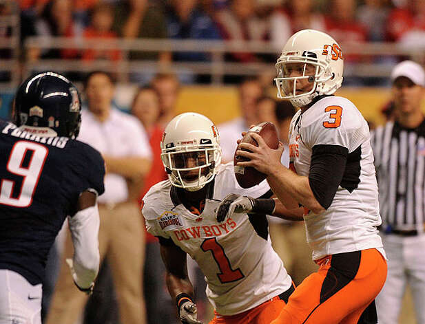Oklahoma State quarterback Brandon Weeden looks to pass against Arizona during the Valero Alamo Bowl in the Alamodome on Wednesday, Dec. 29, 2010. BILLY CALZADA / gcalzada@express-news.net Photo: BILLY CALZADA, SAN ANTONIO EXPRESS-NEWS / gcalzada@express-news.net