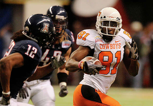 Oklahoma State receiver Justin Blackmon runs for yardage after a reception against Arizona during the Valero Alamo Bowl in the Alamodome on Wednesday, Dec. 29, 2010. BILLY CALZADA / gcalzada@express-news.net Photo: BILLY CALZADA, SAN ANTONIO EXPRESS-NEWS / gcalzada@express-news.net