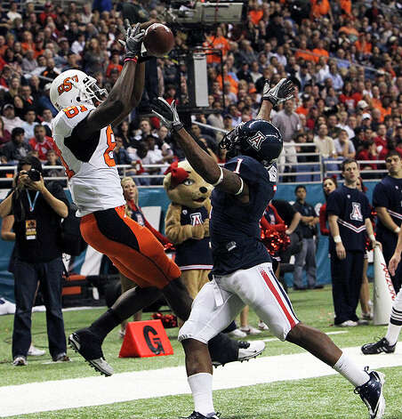 Oklahoma State's Justin Blackmon (81) attempts a catch in the endzone against Arizona's Robert Golden (01) at the 2010 Valero Alamo Bowl in the second half at the Alamodome in San Antonio on Wednesday, Dec. 29, 2010. Blackmon later scored on a second attempt. Kin Man Hui/kmhui@express-news.net Photo: KIN MAN HUI, SAN ANTONIO EXPRESS-NEWS / kmhui@express-news.net