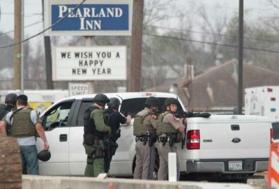 Police stand watch at the bank where one of two gunmen took hostages. Photo: DAVE EINSEL, ASSOCIATED PRESS