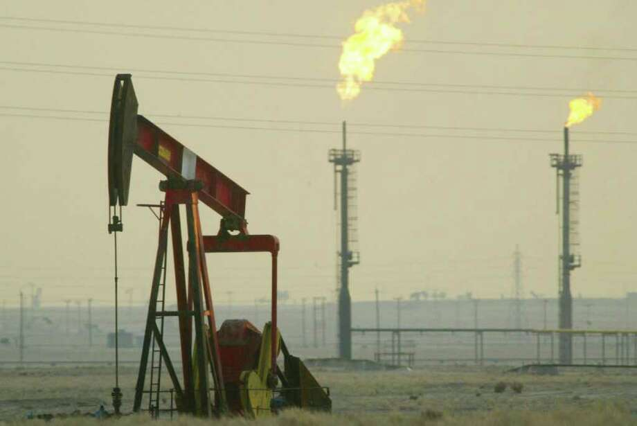 A derek pumps in a oil field Jnear the Saudi Arabian border, Kuwait. The Darien Community Association will focus on the Arabian Peninsula in its Academic Lecture Series 2011. Photo: Joe Raedle, Getty Images / 2003 Getty Images