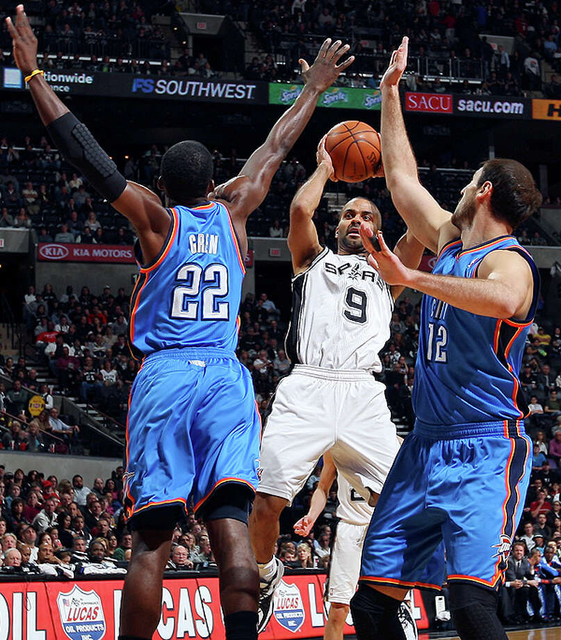 Spurs' Tony Parker looks to pass between Thunder's Jeff Green (left) and Thunder's Nenad Krstic. Photo: EDWARD A. ORNELAS/eaornelas@express-news.net