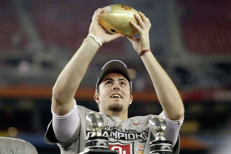 GLENDALE, AZ - JANUARY 01:  Quarterback Landry Jones #12 of the Oklahoma Sooners and offensive MVP celebrates the Sooners 48-20 victory against the Connecticut Huskies during the Tostitos Fiesta Bowl at the Universtity of Phoenix Stadium on January 1, 2011 in Glendale, Arizona.  (Photo by Tom Pennington/Getty Images) *** Local Caption *** Landry Jones Photo: Tom Pennington, Getty Images / 2011 Getty Images