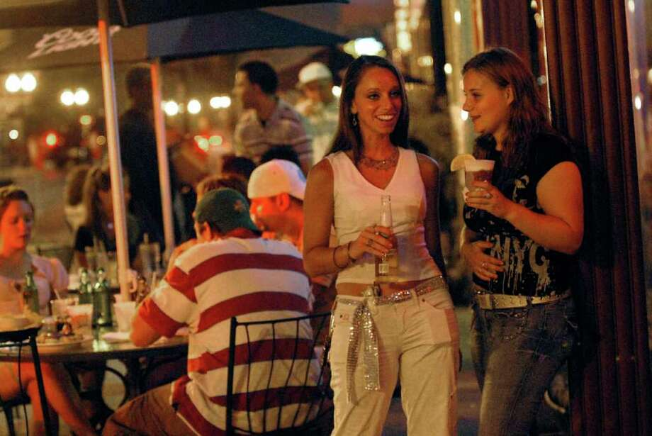 Patrons have drinks outside of Jillian's on North Pearl Street in Albany in this July 27, 2006, archive photo. (Cindy Schultz/Times Union archive) Photo: CINDY SCHULTZ / ALBANY TIMES UNION