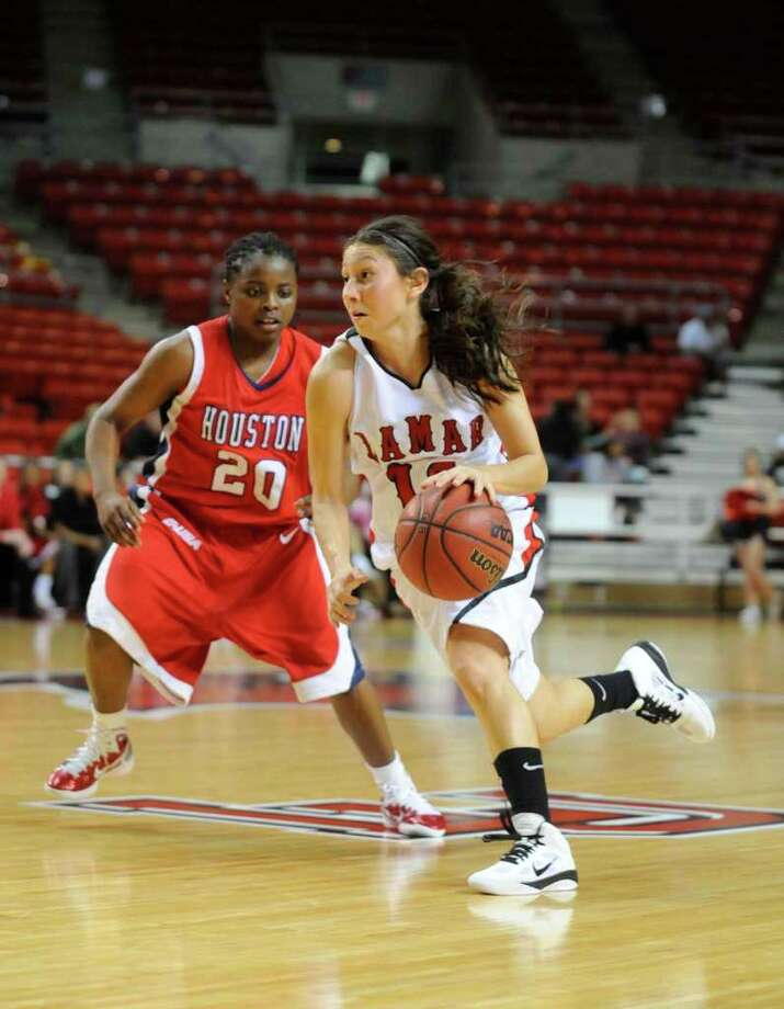 Lady Cardinals guard Jenna Plumley drives to the basket agianst University of Houston's Porsche Landry at the Montagne Center.  Tuesday, January 4, 2010 Valentino Mauricio/The Enterprise Photo: Valentino Mauricio / Beaumont