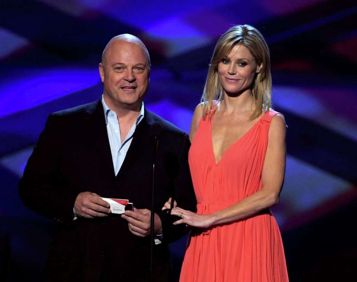 LOS ANGELES, CA - JANUARY 05: Actors Michael Chiklis (L) and Julie Bowen speak onstage during the 2011 People's Choice Awards at Nokia Theatre L.A. Live on January 5, 2011 in Los Angeles, California. (Photo by Kevin Winter/Getty Images) *** Local Caption *** Michael Chiklis;Julie Bowen