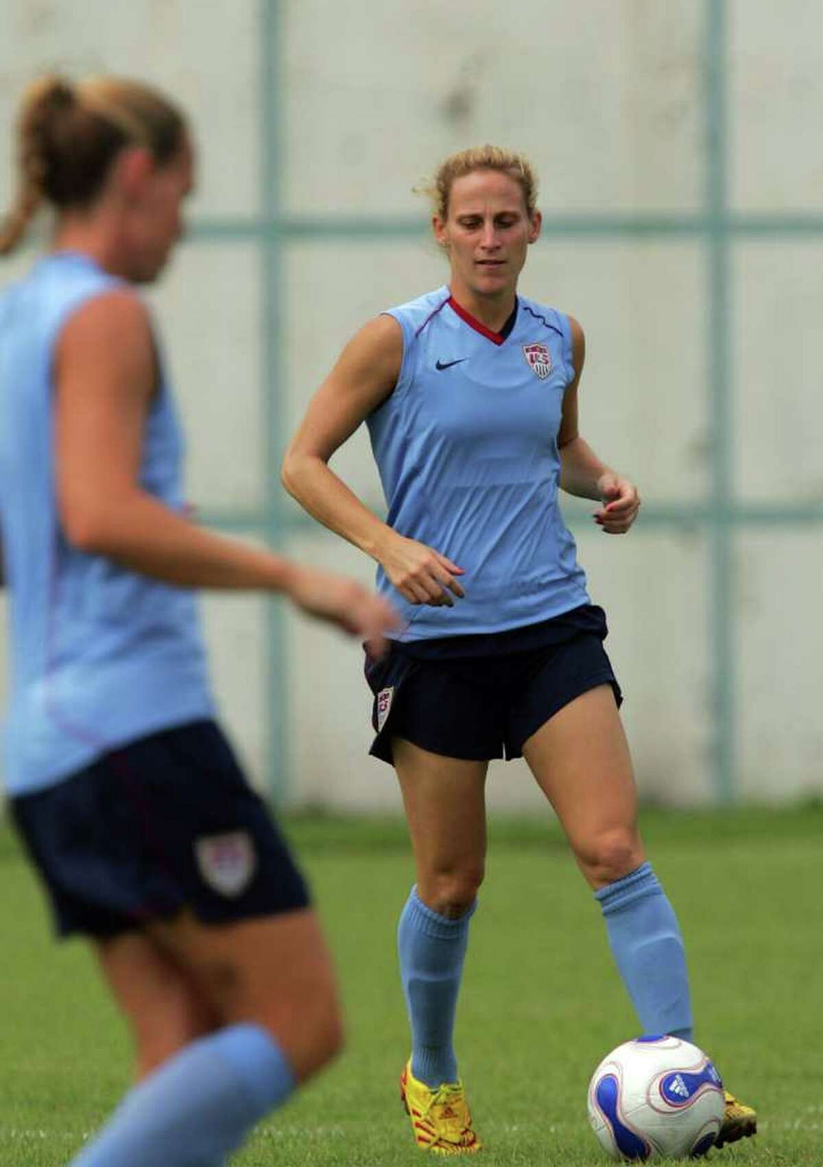 SHANGHAI, CHINA - SEPTEMBER 25: Midfielder Kristine Lilly of USA controls the ball during a United States of America training session for the FIFA Women's World Cup at Shanghai Senshua FC on September 25, 2007 in Shanghai, China. (Photo by Ronald Martinez/Getty Images) *** Local Caption *** Kristine Lilly
