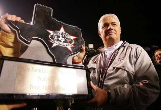 FOR SPORTS - Texas A&M's headcoach Dennis Franchione hold the trophy after the Aggies defeated the Longhorns 38-30 Friday Nov. 23, 2007 at Kyle Field in College Station, Tx. Photo: EDWARD A. ORNELAS, SAN ANTONIO EXPRESS-NEWS / SAN ANTONIO EXPRESS-NEWS