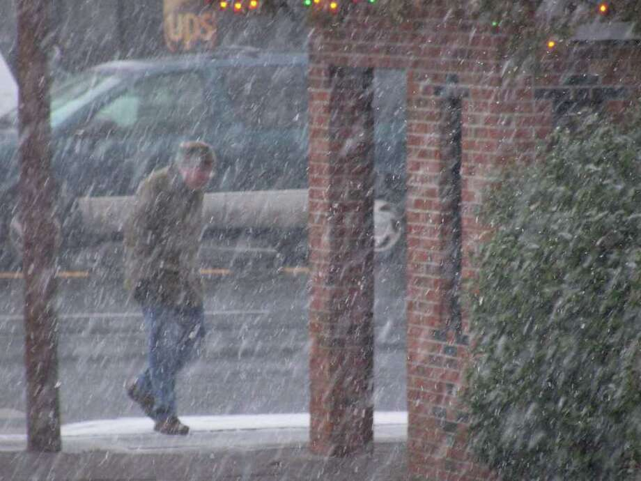 The first snow storm of 2011 hit Friday, with the snow starting to come down heavy around 1 p.m. Photo: Genevieve Reilly / Fairfield Citizen