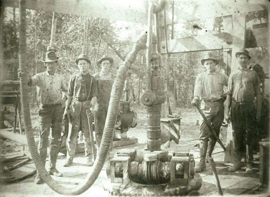Drilkling crew at Spindletop in 1901