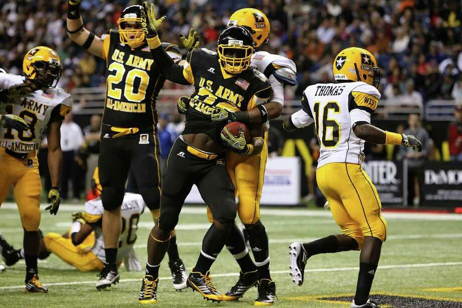 East team running back James Wilder (center) runs in the eventual winning touchdown against the West team at the 2011 U.S. Army All-American Bowl at the Alamodome on Saturday, Jan. 8, 2011. The best players from high school showcase their talents at the game packed with fans, family and soldiers. Kin Man Hui/kmhui@express-news.net Photo: KIN MAN HUI, SAN ANTONIO EXPRESS-NEWS / San Antonio Express-News