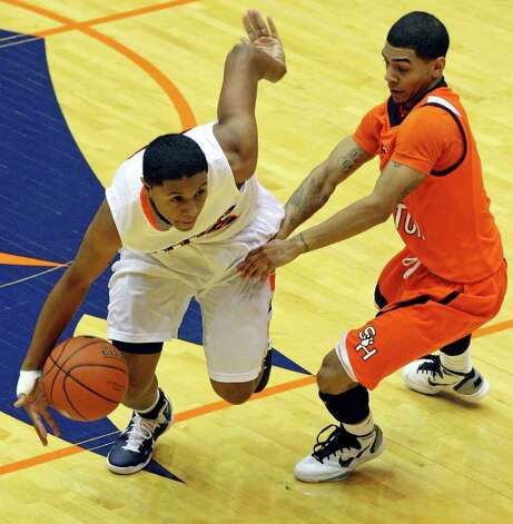 FOR SPORTS - UTSA's Jordan Sims drives around Sam Houston State's Marcus Williams during first half action Saturday Jan. 8, 2011 at the Convocation Center. Photo: EDWARD A. ORNELAS, SAN ANTONIO EXPRESS-NEWS / eaornelas@express-news.net