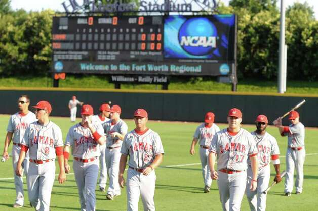 The Lamar University baseball team prepares to take the field against TCU in their NCAA tournament matchup at Lupton Stadium in Fort Worth on Friday, June 4, 2010.  Valentino Mauricio/The Enterprise Photo: Valentino Mauricio / Beaumont