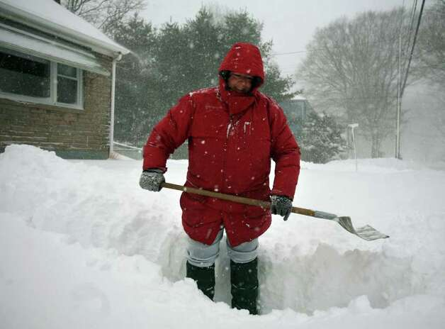 Maureen Choate gets out bright and early to shovel the sidewalk in front of her Maplewood Avenue home in Milford on Wednesday, January 12, 2011. Photo: Brian A. Pounds / Connecticut Post