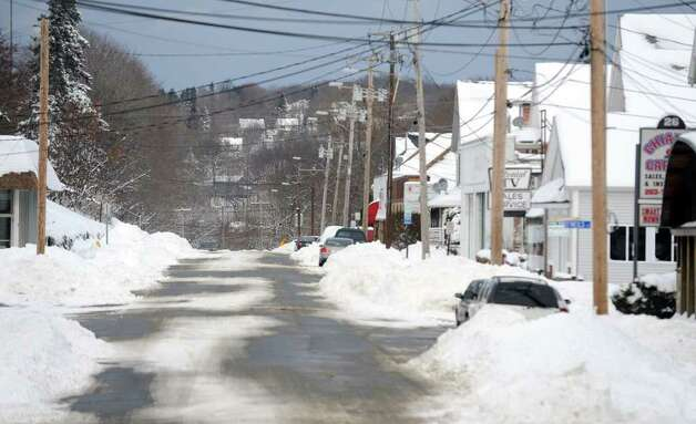 Aftermath and cleanup around Ansonia, Conn. from a big snowstorm that hit all of New England overnight on Wednesday January 12, 2011. Cliffton Street in Ansonia appears deserted. Photo: Christian Abraham / Connecticut Post