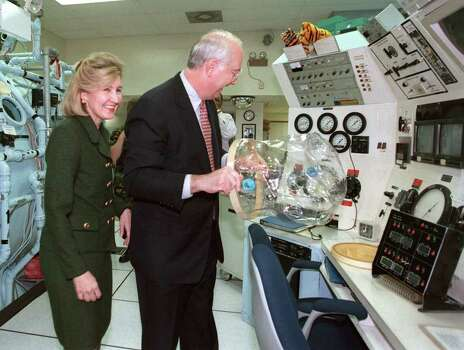 METRO Sig 2-16-99 U.S. Senator Phil Gramm, right, checks out a mask in the Hyperbaric Medicine Chambers while touring Brooks Air Force Base with Senator Kay Bailey Hutchison on Tuesday, Feb. 16, 1999. jerry lara/staff Photo: JERRY LARA / EN