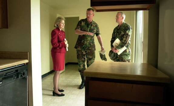 metro daily - Maj. Gen. Kevin Kiley, center, of Ft. Sam Houston,  explains to Senator kay Bailey Hutchison how some of the older military housing is in need of repair, including foundation work because of the shifting soil.  At right is Col. Douglas Biggerstaff. Feb. 20, 2001.  photo Bob owen Photo: Bob Owen, En / en