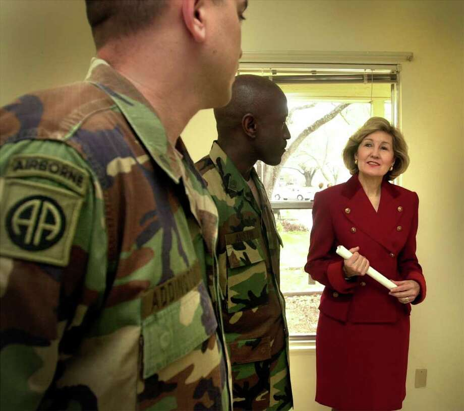 metro daily - Senator Kay Bailey Hutchison talks about military housing problems with Staff Sgt. Larry Addington, left, and Sgt. First Class William Austin, Feb. 20, 2001, at Ft. Sam Houston.  photo bob owen Photo: Bob Owen, En / en