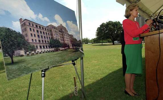 METRO BAMC LEASE 8/26/03  Sen. Kay Bailey Hutchison attends a press conference after a ceremonial lease signing  in front of Old BAMC at Fort Sam Houston on Tuesday, August 26, 2003.  ( PHOTO BY JERRY LARA STAFF ) Photo: JERRY LARA, SAN ANTONIO EXPRESS-NEWS / SAN ANTONIO EXPRESS-NEWS