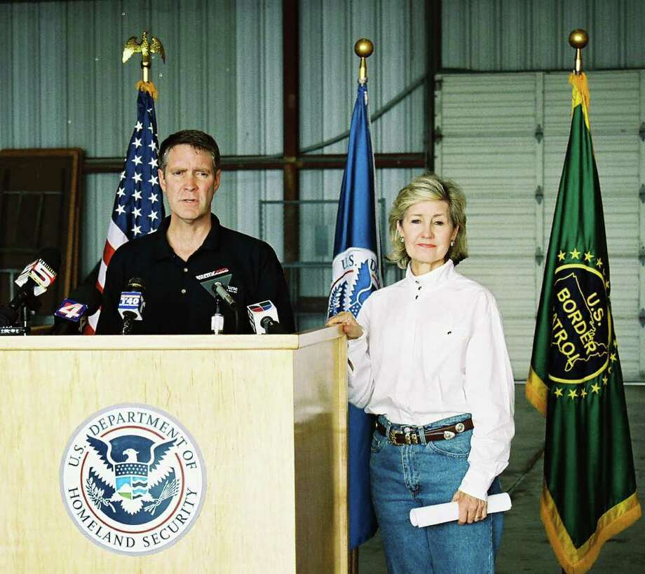Senate Majority Leader Bill Frist, R-Tenn., spoke about his first visit to the border, together with Sen. Kay Bailey Hutchison. Mariano Castillo/ STAFF Photo: Mariano Castillo, SAN ANTONIO EXPRESS-NEWS / SAN ANTONIO EXPRESS-NEWS