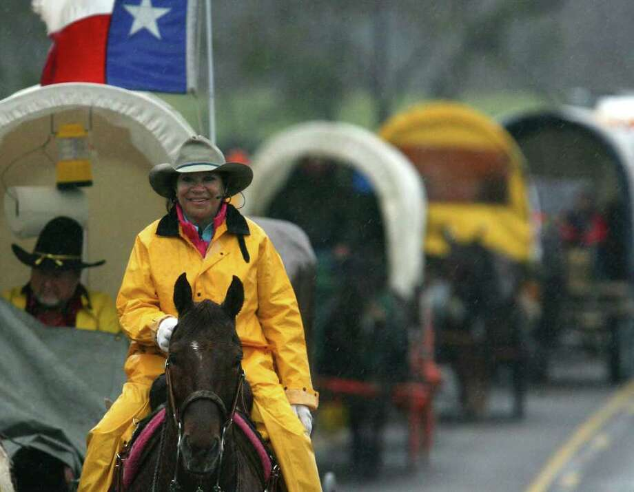 Trail Boss Linda Gomez leads the Mesquite Traildrivers through the rain and cold on FM 775 Wednesday February 3, 2010. The trail drive will arrive in San Antonio tomorrow at the Splashtown parking lot on I-35. JOHN DAVENPORT/jdavenport@express-news.net Photo: JOHN DAVENPORT, SAN ANTONIO EXPRESS-NEWS / jdavenport@express-news.net