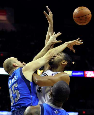 Spurs' Tim Duncan (right) takes an elbow to the face by Dallas Mavericks' Brian Cardinal (35) in the first half at the AT&T Center on Friday, Jan. 14, 2011.  Kin Man Hui/kmhui@express-news.net Photo: KIN MAN HUI, SAN ANTONIO EXPRESS-NEWS / San Antonio Express-News