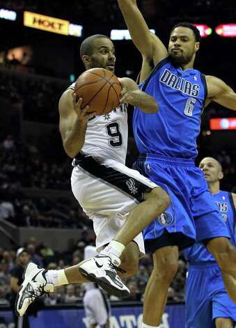 Spurs' Tony Parker (09) drives the baseline against Dallas Mavericks' Tyson Chandler (06) in the first half at the AT&T Center on Friday, Jan. 14, 2011.  Kin Man Hui/kmhui@express-news.net Photo: KIN MAN HUI, SAN ANTONIO EXPRESS-NEWS / San Antonio Express-News
