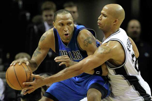 Spurs' Richard Jefferson (right) reaches for steal against Dallas Mavericks' Shawn Marion (0) in the second half at the AT&T Center on Friday, Jan. 14, 2011. Spurs defeated the Mavericks, 101-89. Kin Man Hui/kmhui@express-news.net Photo: KIN MAN HUI, SAN ANTONIO EXPRESS-NEWS / San Antonio Express-News