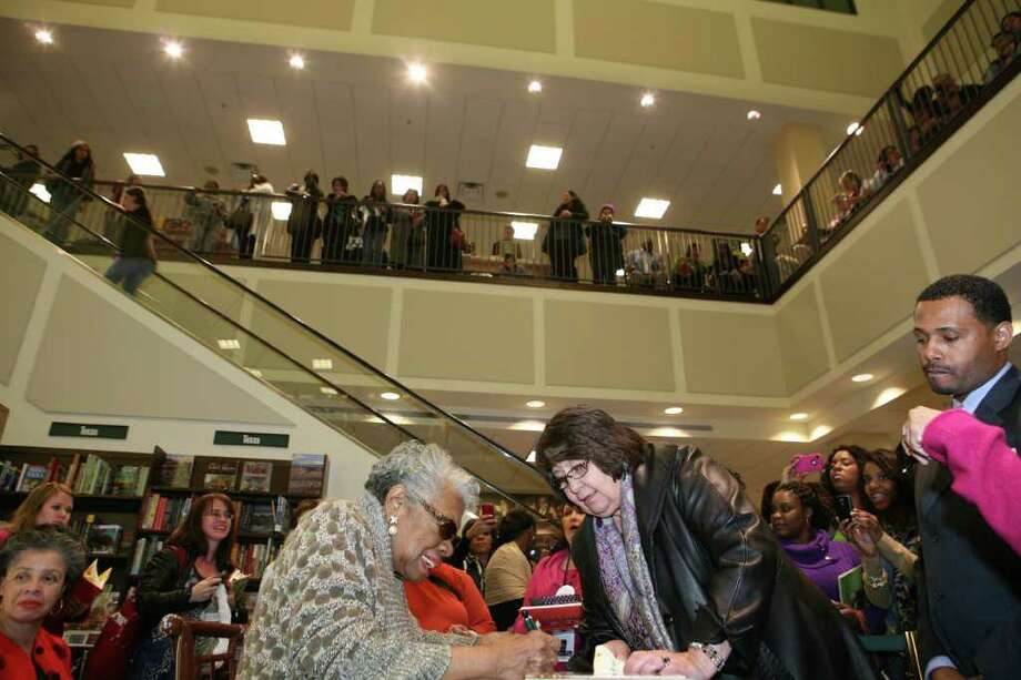 Maya Angelou signs a copy of her cookbook for Diana Garza Ausbie during a recent trip to San Antonio. LELAND A. OUTZ/SPECIAL TO THE EXPRESS-NEWS Photo: LELAND A. OUTZ, SPECIAL TO THE EXPRESS-NEWS / SAN ANTONIO EXPRESS-NEWS