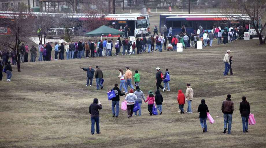 Marchers head for the buses at the end of the 24th City of San Antonio Martin Luther King. Jr. Commemorative March, at Pittman Sullivan Park, Monday, Jan. 17, 2011. photo Bob Owen/rowen@express-news.net Photo: BOB OWEN, SAN ANTONIO EXPRESS-NEWS / SAN ANTONIO EXPRESS-NEWS
