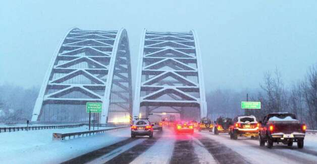 Snow accumulates on the Twin Bridges as Tuesday morning commuters endure another storm.   (Skip Dickstein / Times Union) Photo: SKIP DICKSTEIN / 2008