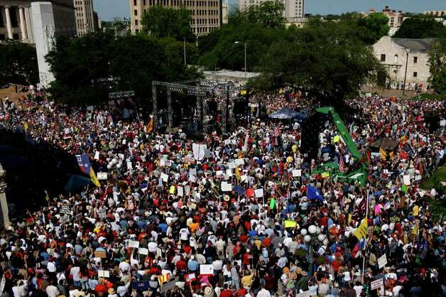 "METRO - Protesters fill Alamo Plaza during the ""Tea Party"" on Wednesday, April 15, 2009. LISA KRANTZ/lkrantz@express-news.net Photo: LISA KRANTZ, SAN ANTONIO EXPRESS-NEWS / lkrantz@express-news.net"