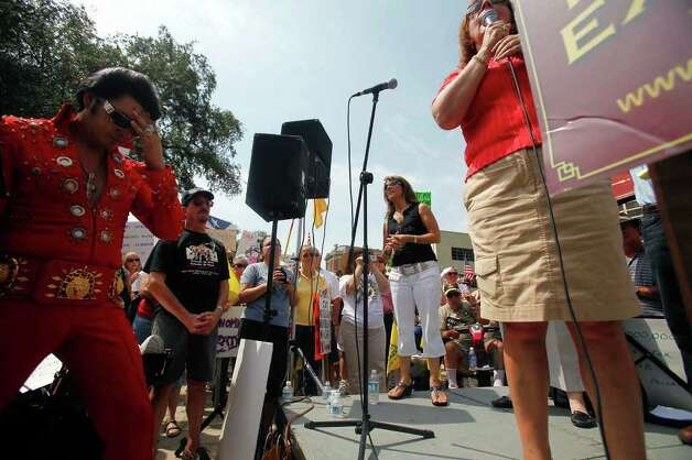 METRO - An Elvis impersonator and other protesters endure sweltering heat during a Tea Party Express stop at the Alamo Plaza, Thursday, September 3, 2009. Photo: Shaminder Dulai, SAN ANTONIO EXPRESS-NEWS / SDulai@express-news.net