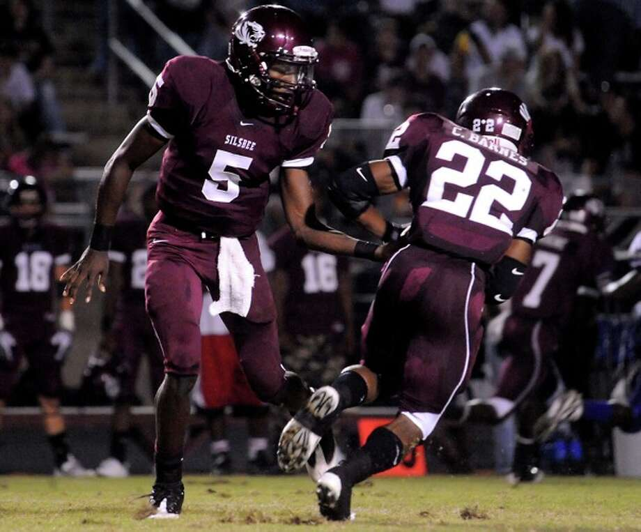 Silsbee's Jeremy Johnson hands off to Chris Barnes during the game against Newton at Silsbee High School in Silsbee, Friday. Photo: TAMMY MCKINLEY