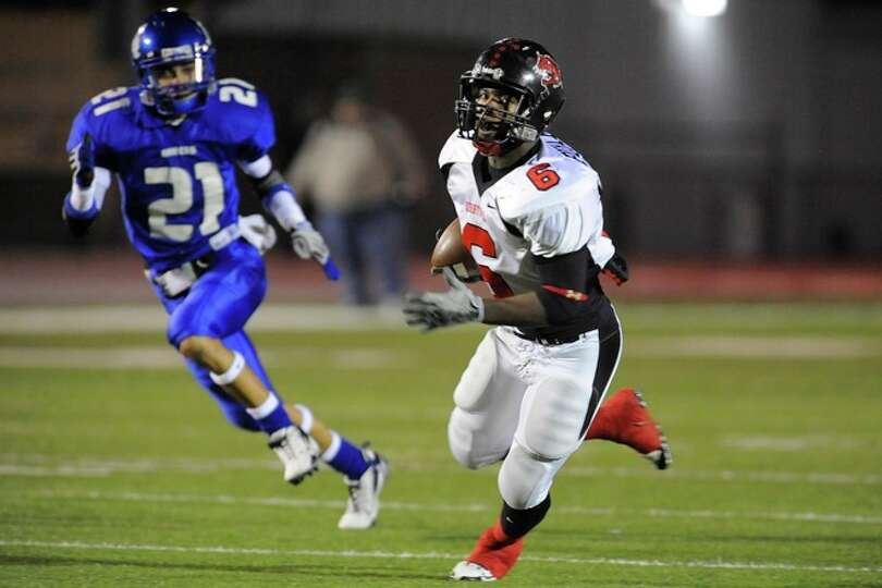 Wildcats receiver, Barry Burley, runs in a 40-yard touchdown pass in the first quarter against  the