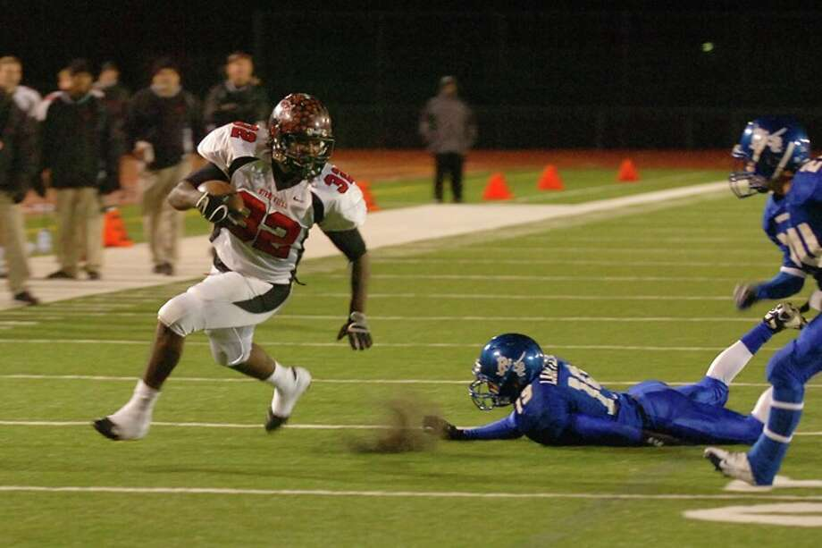 Wildcats running back, Broderick Jackson, races by the  Raiders defense for a touchdown in the second half of their playoff game at Turner Field in Humble on Friday,  December 5, 2008. Photo: VALENTINO MAURICIO