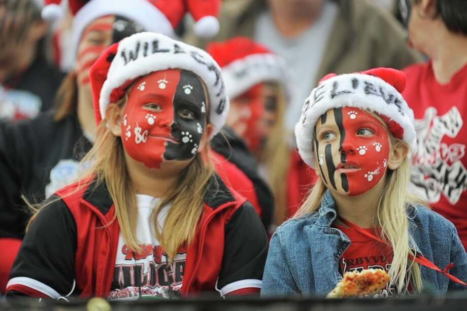 Kylie Miller, 10, left,  and her cousin, Kessa Miller, 8, arrived early to cheer on the Wildcats against the Muleshoe Mules for the 2A Division 1 State Championship on Saturday, December 13, 2008. Photo: VALENTINO MAURICIO