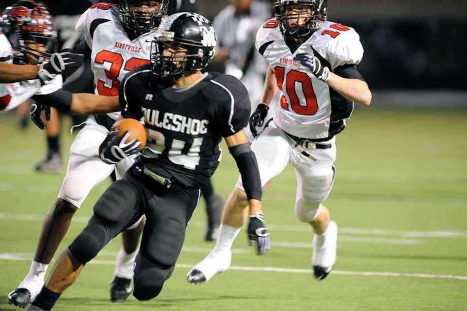 Muleshoe receiver, Victor Vasquez, tries to out  run the Wildcats defense in the second half of their 2A Division 1 State Championship on Saturday, December 13, 2008. Photo: VALENTINO MAURICIO