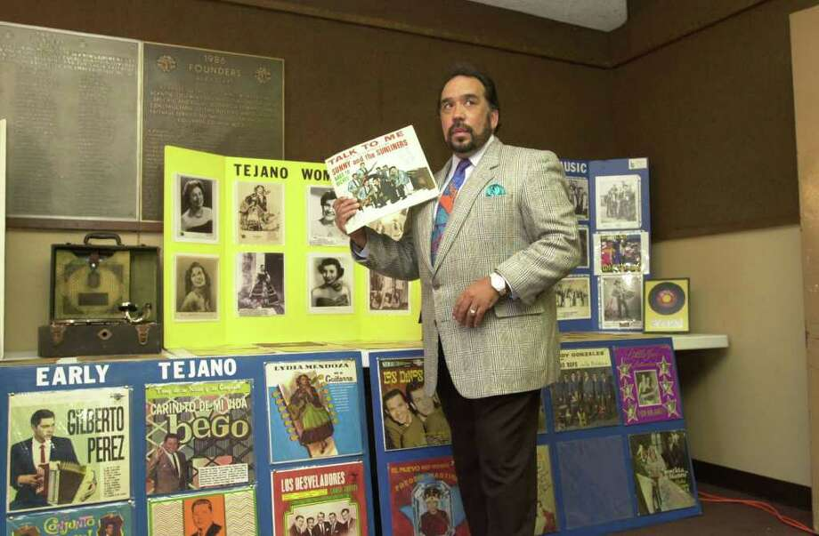 """Tejano Roots Hall of Fame inductee Sunny Ozuna fans himself with a copy of his groundbreaking album, """"Talk to Me,"""" as he waits for interviews in Alice on Friday, Aug. 25, 2000. PHOTO BY BILLY CALZADA, EXPRESS-NEWS Photo: BILLY CALZADA, STAFF / San Antonio Express-News"""