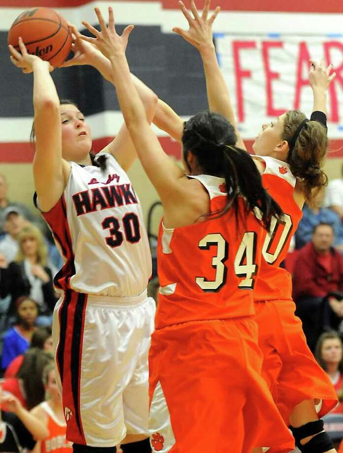 HJ's Sharadan Priddy looks to pass over Orangefield's Ashlyn Lopez and Ashton Wagner at Hardin-Jefferson High School in Sour Lake, Tuesday. Tammy McKinley/The Enterprise Photo: TAMMY MCKINLEY / Beaumont