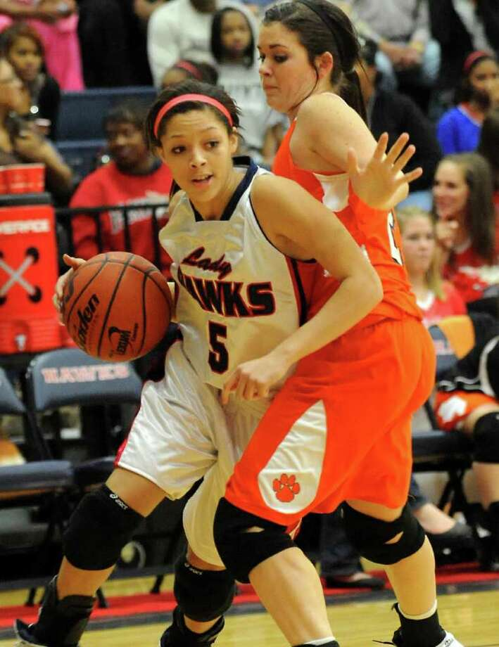 HJ's Abreanna Fontenot drives inside as Orangefield's Kasidy Hayes guards at Hardin-Jefferson High School in Sour Lake, Tuesday. Tammy McKinley/The Enterprise Photo: TAMMY MCKINLEY / Beaumont