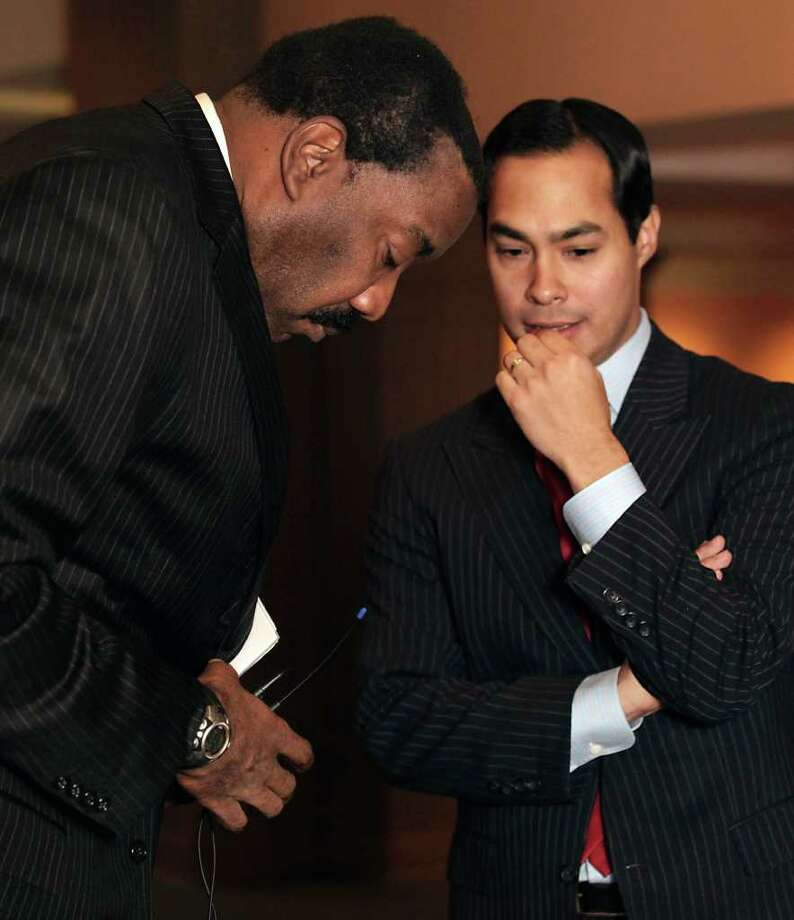 CPS Energy President and CEO Doyle Beneby shares a word with Mayor Julián Castro prior to the utility's presentation at the Clean Technology Forum. Photo: BOB OWEN, SAN ANTONIO EXPRESS-NEWS / SAN ANTONIO EXPRESS-NEWS